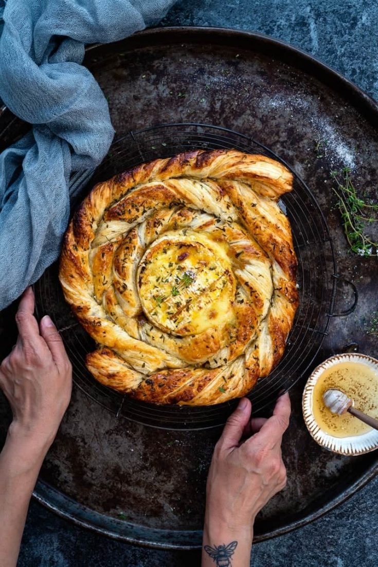 Puff pastry spiral with baked camembert, honey, rosemary and thyme